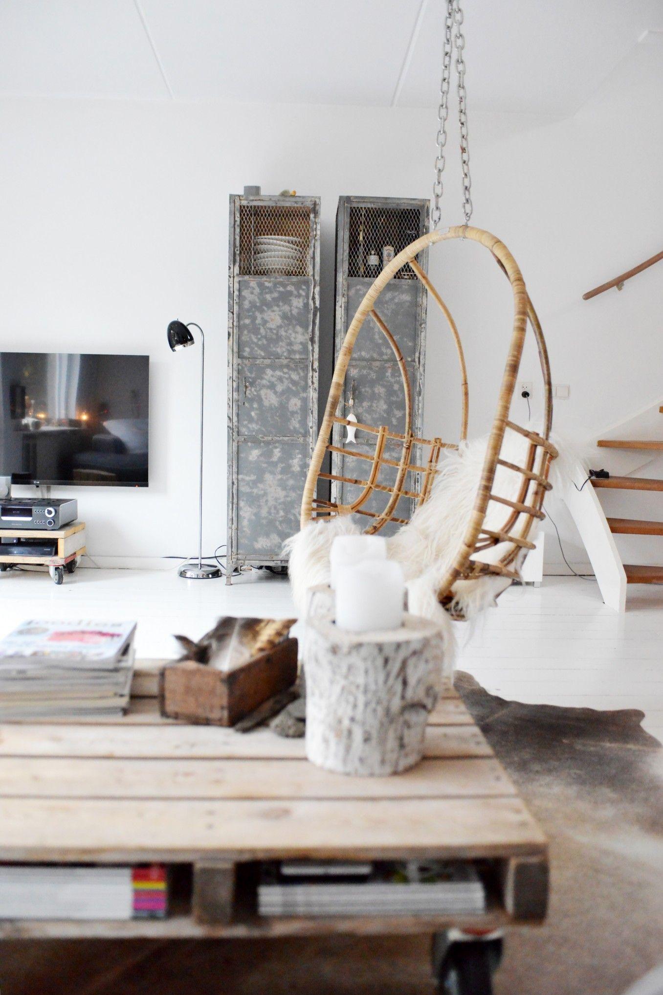 woonkamer - Rotan hangstoel van Sissy boy. Met een wit schapenvacht ...