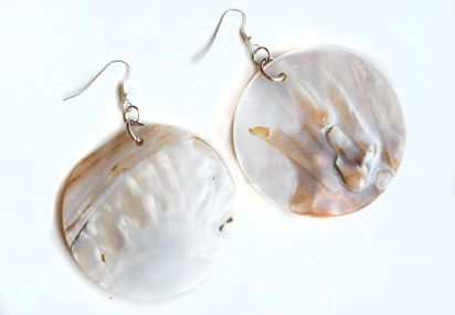 Pearl shell earrings at www.froufrous.nl