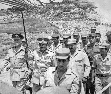الصورة الرئيس السادات علي الجبهة المصرية وبجواره وزير الحربية