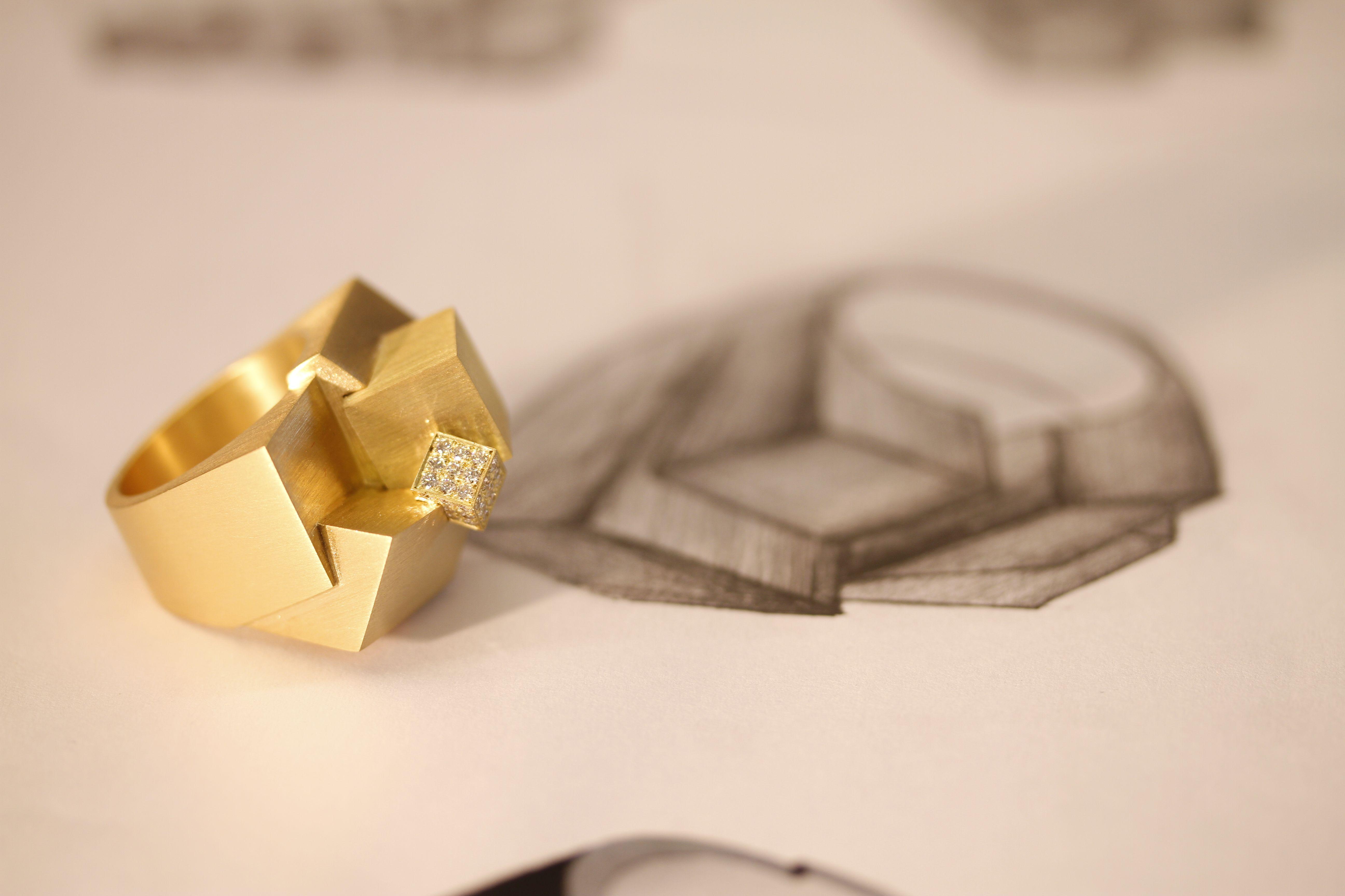 Nesta série, as fotos apresentam um conceito de movimento das jóias Antonio Bernardes. Fotos: Paulão de Barros