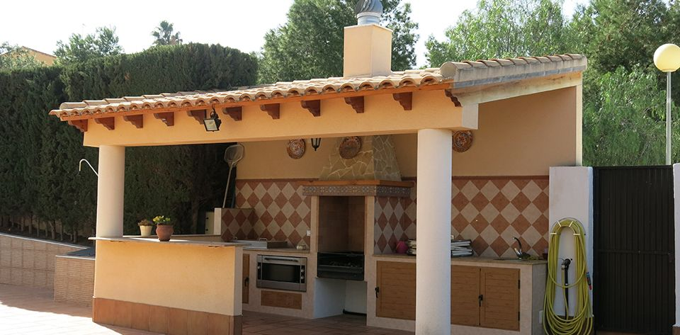 De obra con tejado de teja barbacoas cocinas y pergolas for Techos de tejas para patios exteriores