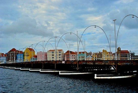 Www.wereldsereizen.nl .....the beautiful pontjesbrug in Willemstad - Curaçao.