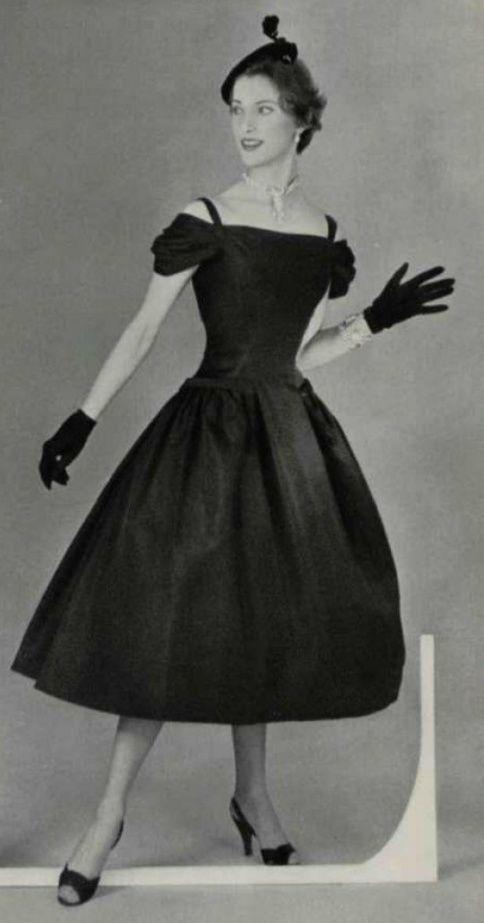 b084f12a19f 1954 Christian Dior Petite Robe Noire