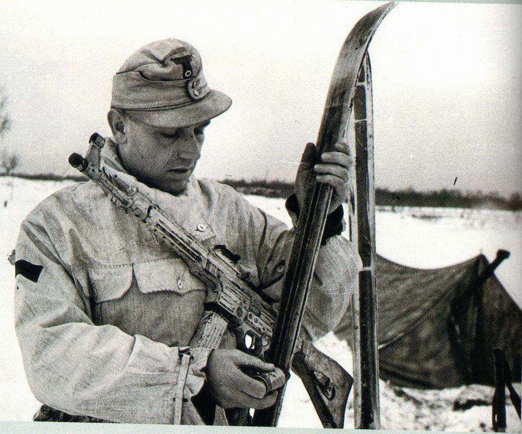 1944, Ukraine, Pripiat, Un soldat de la 1. Skijäger-Division, armé d'un StG 44…