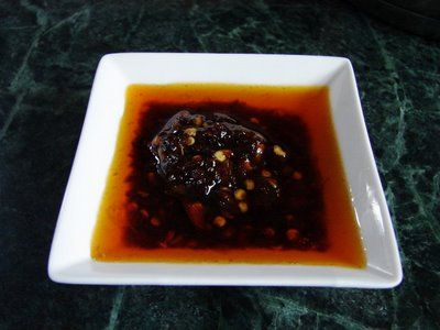 Cantonese (Hong Kong) style CHILLI OIL 辣椒油 | http://sunflower-recipes.blogspot.com/2009/07/cantonese-hong-kong-style-chilli-oil.html