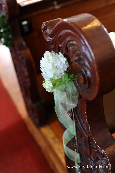 Hochzeit Kirchenschmuck weiß mit grün und Schleife hochzeit - deko gartenparty grun