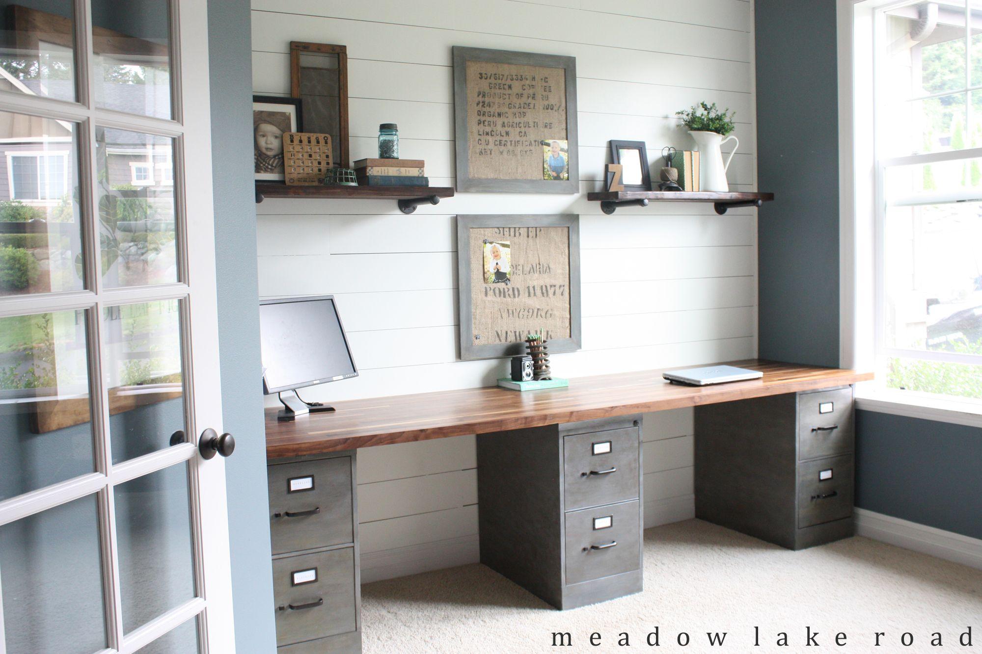 industrial pipe shelves for the office bureau deco. Black Bedroom Furniture Sets. Home Design Ideas