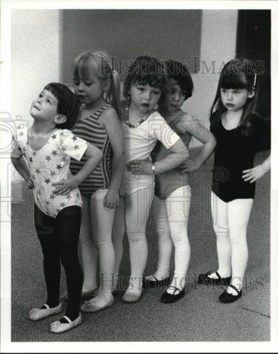 1984-Press-Photo-Young-Girls-in-Line-for-Dance-at-Bay-Village-Elementary-School