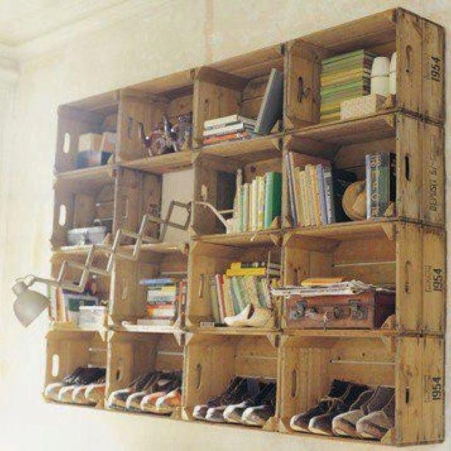 Libreros con cajas de madera