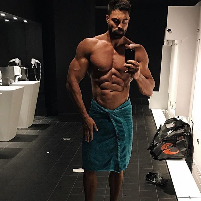 Flexfriday a gym dressing room mirror selfie after an arm