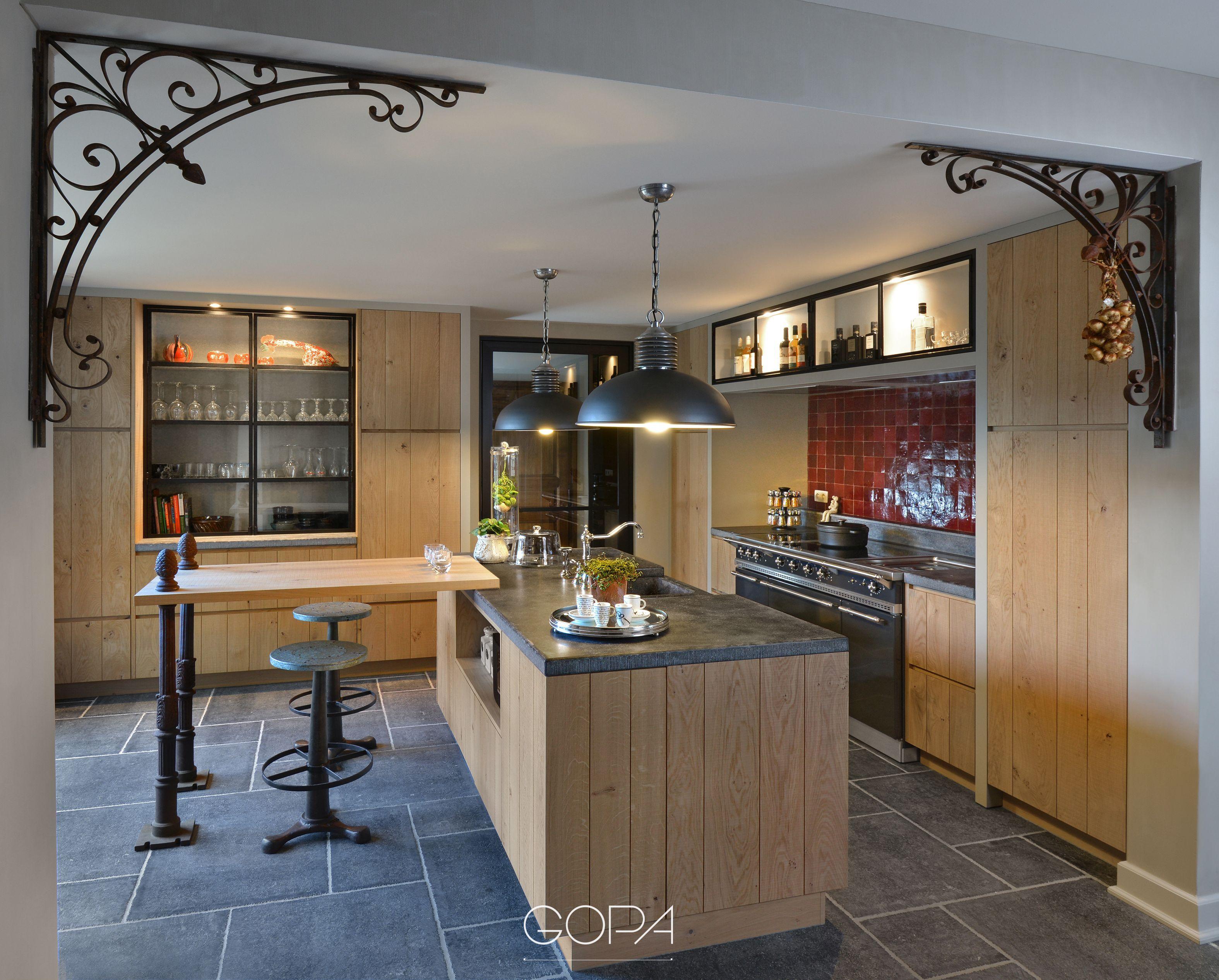 Landelijke keuken met een werkblad van belgische blauwe steen in