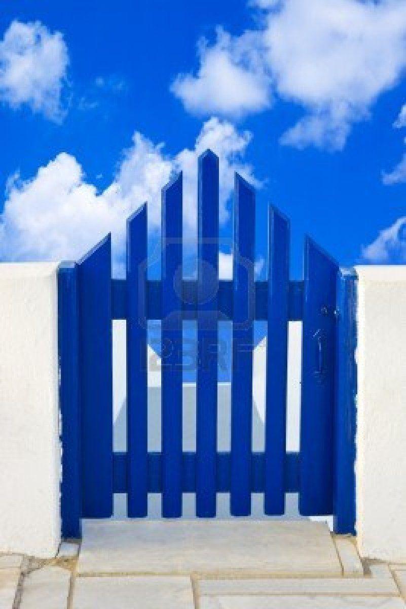 Porte et le ciel nuageux -
