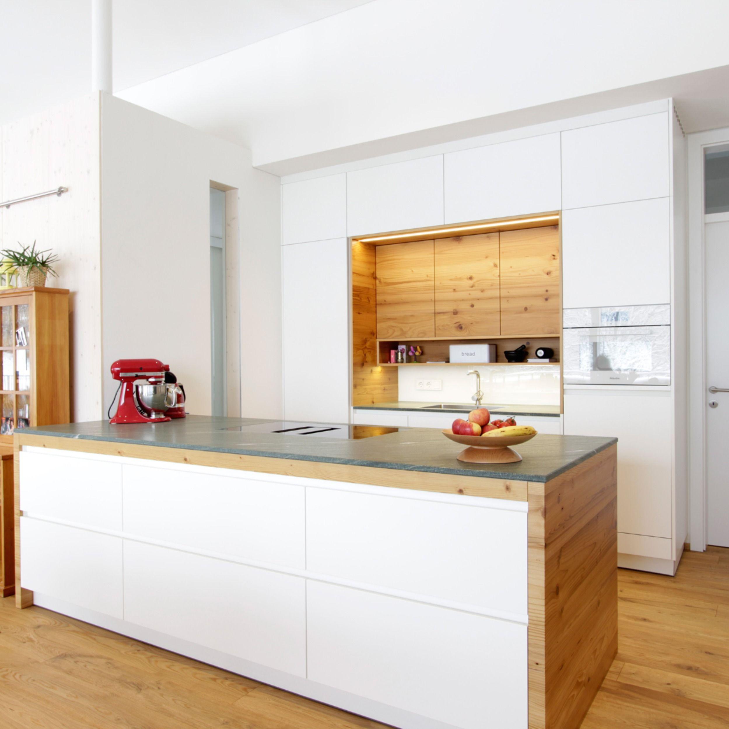Moderne Kuche Mit Fichte Altholz In 2020 Moderne Kuche Kuche Dachschrage Kuchen Planung