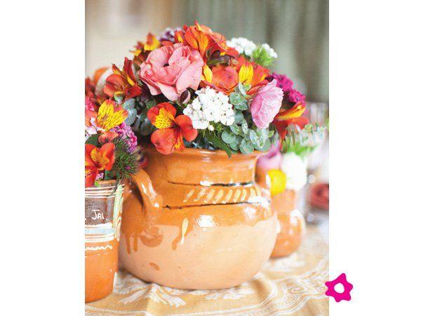 Centro de mesa para boda mexicano con base de barro boda for Decoracion de jardin con ollas de barro