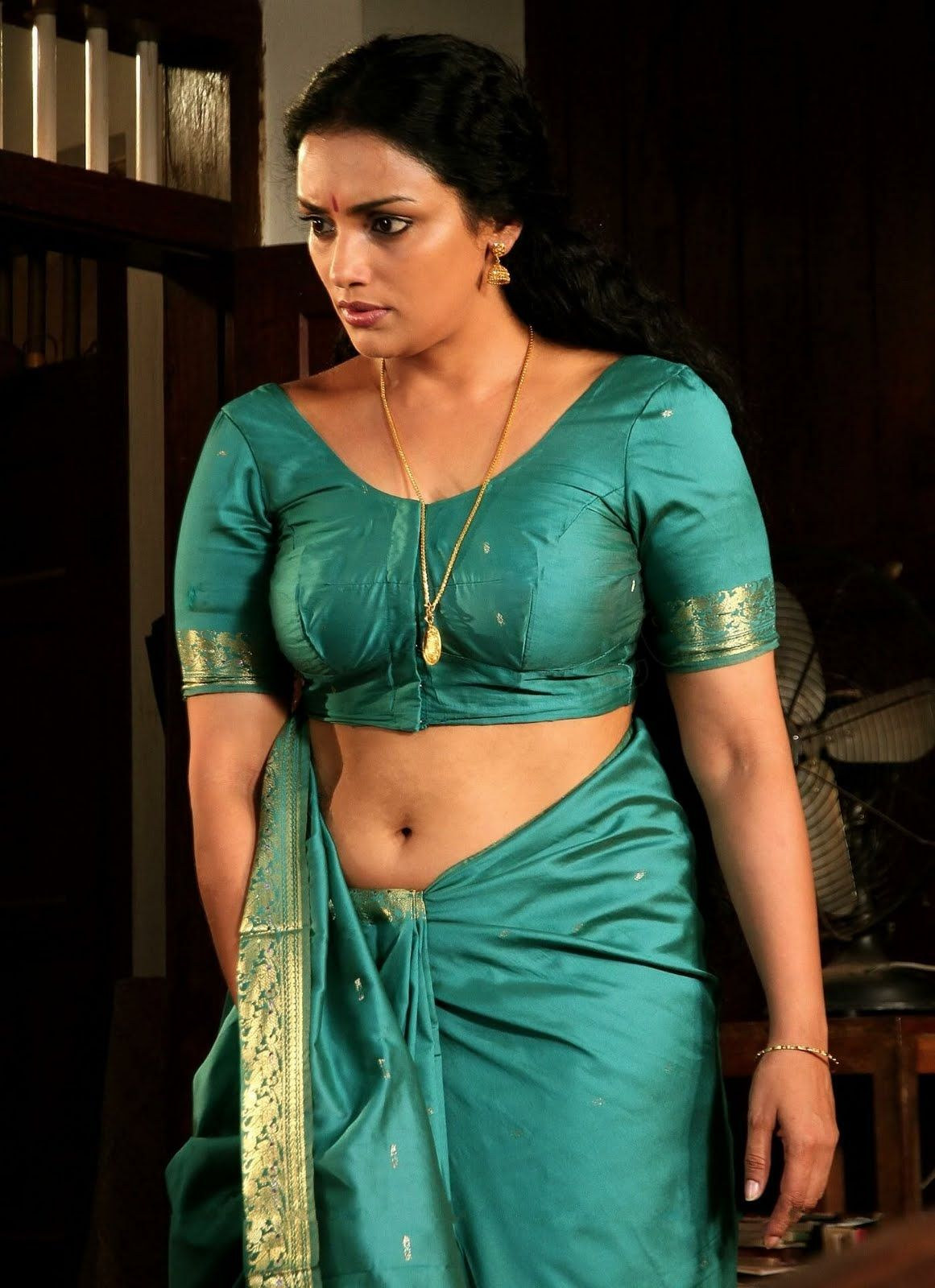 Mature Shwetha oozes sensuality in a green saree.