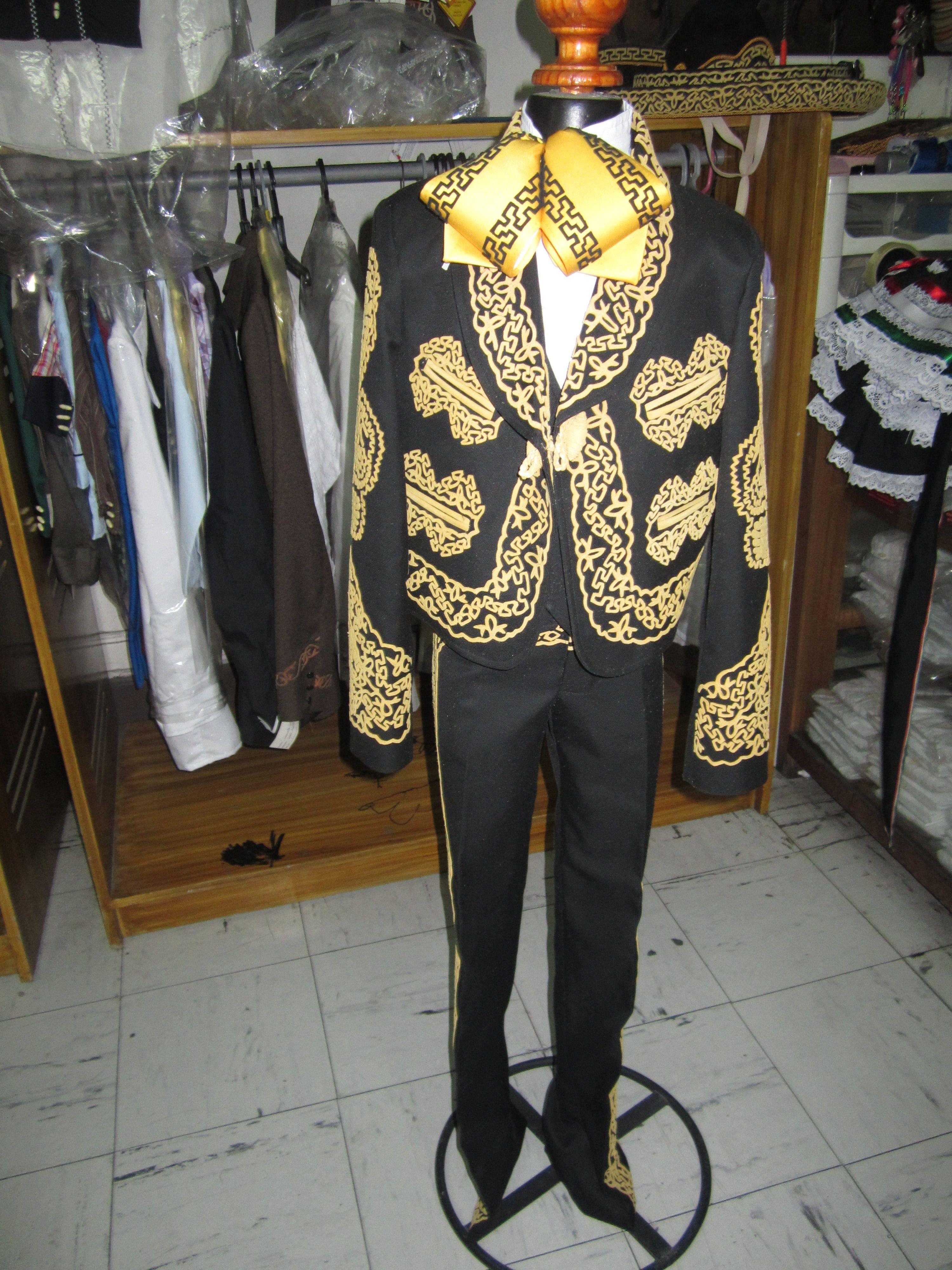 traje de niño bordado en gamuza