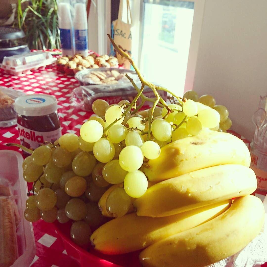Ce moment où... Le Brunch commence mouahahahahahah  #foodlover #foodporn #brunch #oeuf #cookies #gateaualananas #raisin #banane #fruits #légumes #friends #goodmoment #détente #oklm