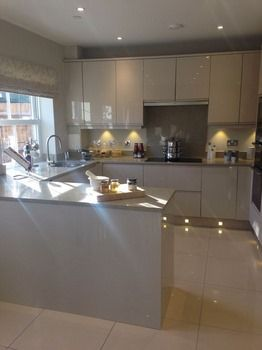 Hermosos modelos de cocinas para espacios peque os esbe for Modelos de muebles de cocina para espacios pequenos