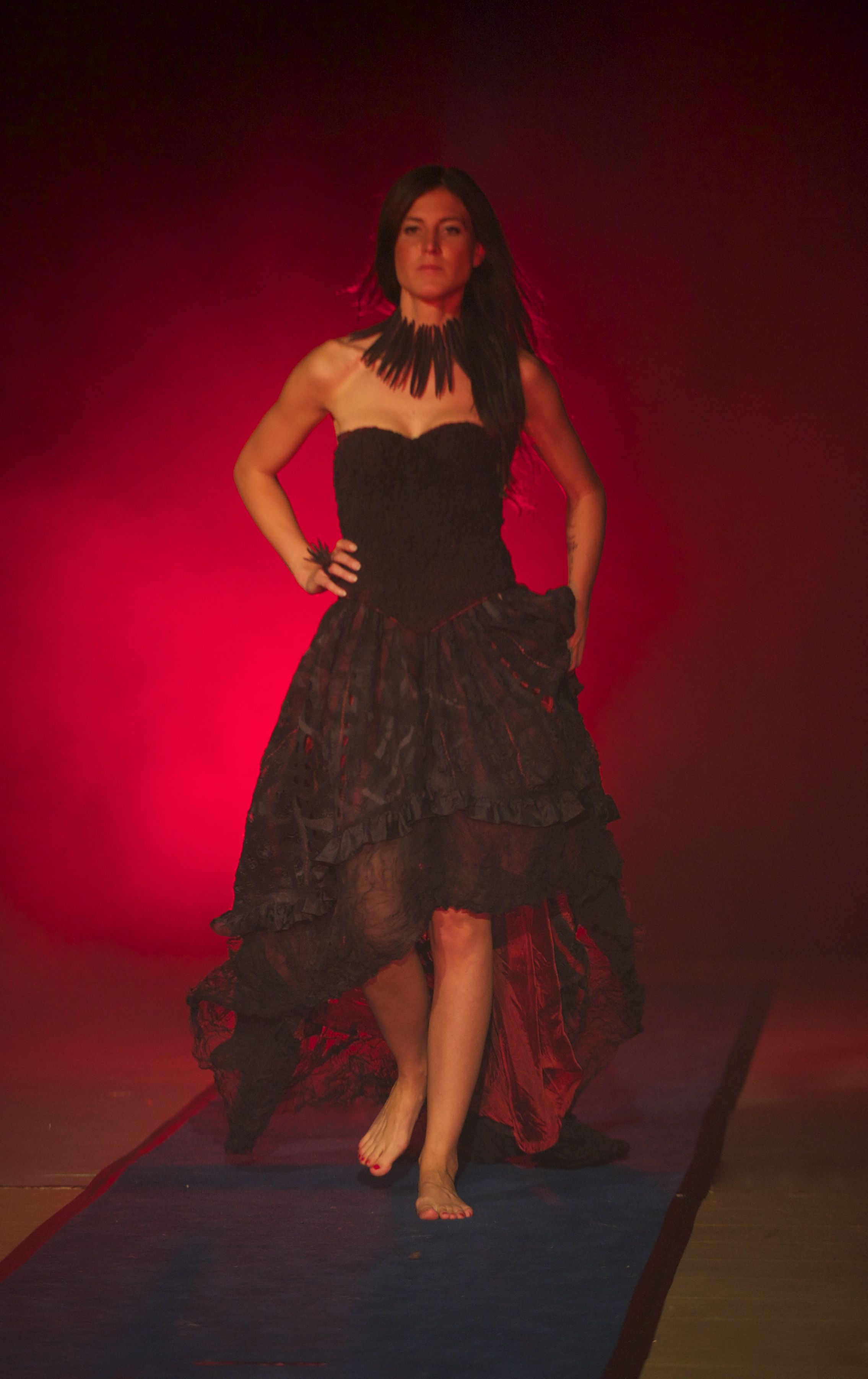 Ein federleichtes Kleid 2-teilig in Nunofilztechnik. Fast 30m handgefärbte Seide sind mit 290g feinster Merinowolle verarbeitet. Angefertigt von Ella Ziegler Foto Horst Ziegler