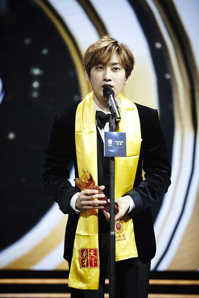 SMTOWNNOW #SuperJunior DONGHAE & EUNHYUK at the 15th Huading Awards Celebrities