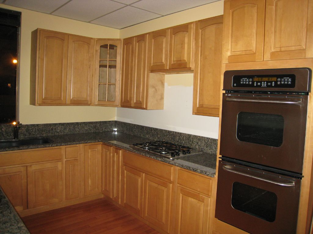 Natural maple kitchen cabinets dark counter maple shaker for Gray kitchen cabinets with black counter