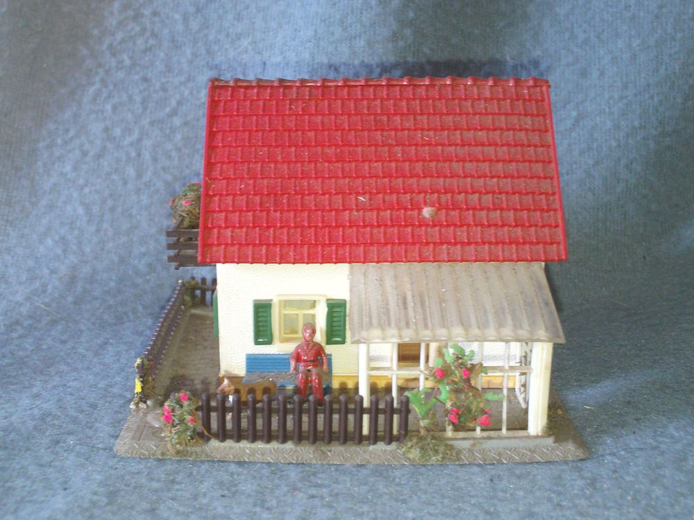 Hoffman HO Scale White Two Story House with Fence Trains