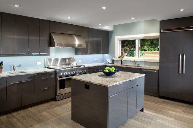 Cocina moderna con armario gris plomo, isla de cocina, pared de la ...