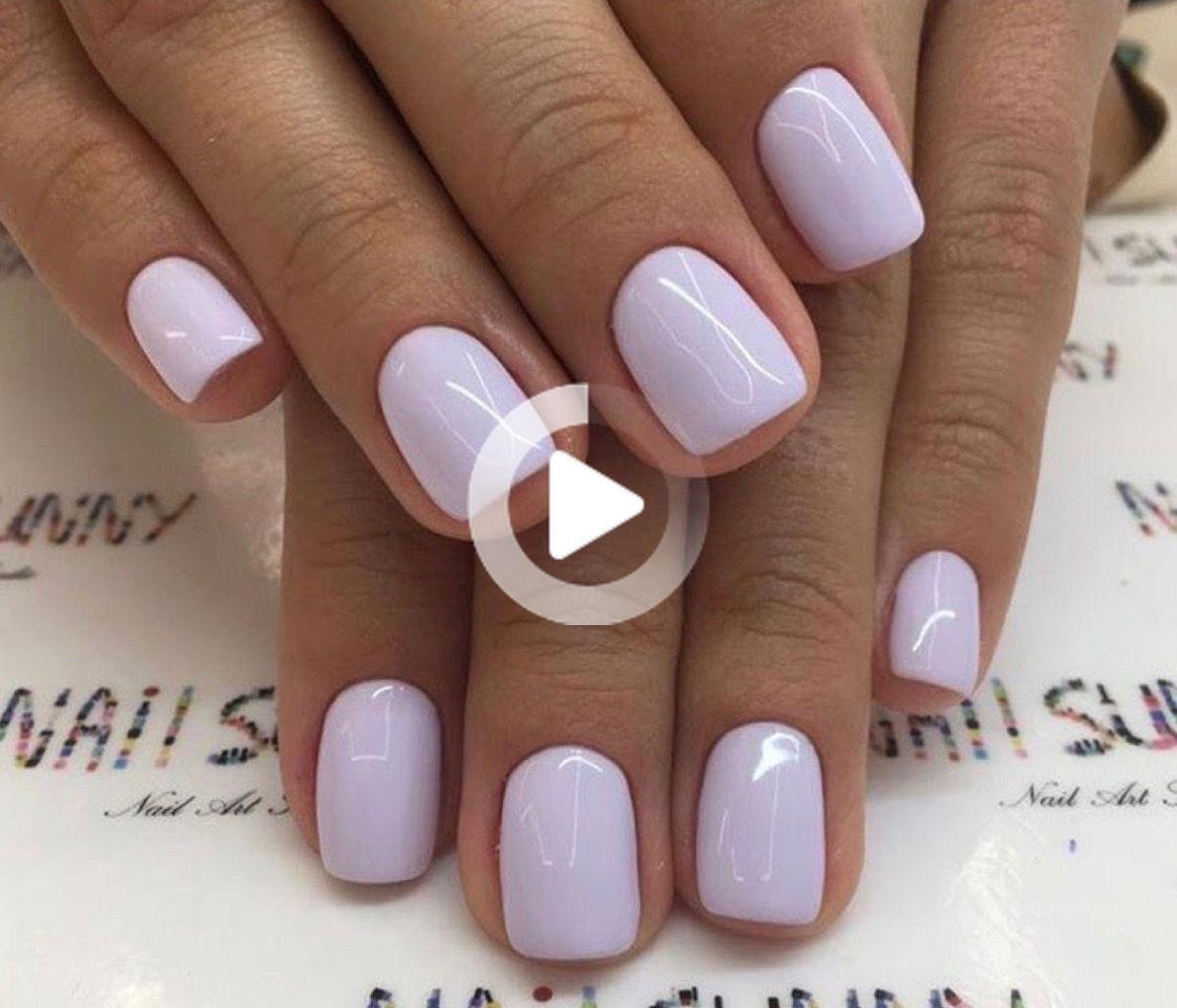 Kurze, natürliche quadratische Nägel, bedeckt mit einer dekadenten, undurchsichtigen Lavendelglasur. Herrlich.
