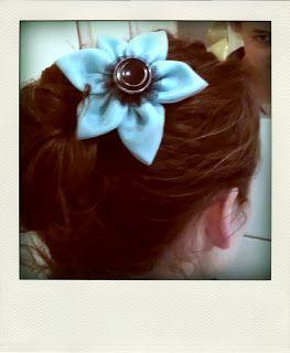 http://bricartbrac.blogspot.fr/ A flower pin with fabrics and a vintage button