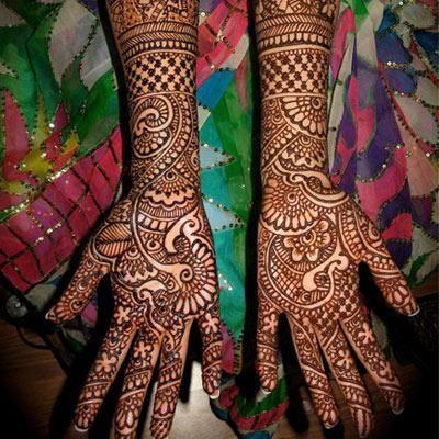Checks and paisley combination in a different style. Image- Pinterest via Divya Balmik | Mehendi ...