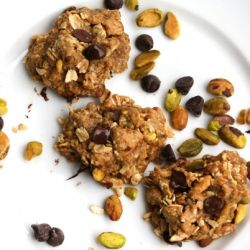 Vegan pistachio oatmeal cookies... I don't like pistachios.... but it has to be said they look good in this pic!