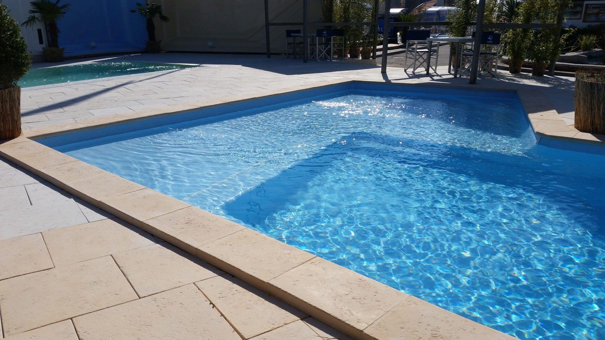 plage piscine une plage de piscine immerge with plage piscine simple carrelage terrasse. Black Bedroom Furniture Sets. Home Design Ideas