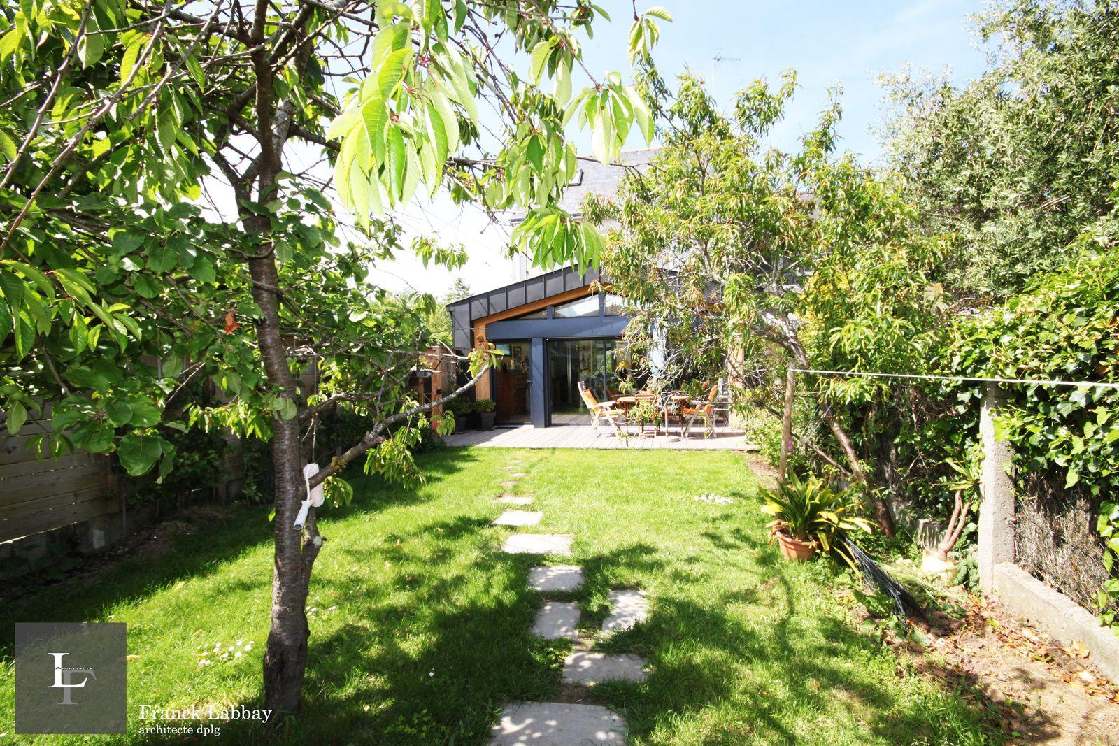 Maison J. - Extension en bois et zinc noir d'une maison bretonne des années 40 - Larmor-Plage ...