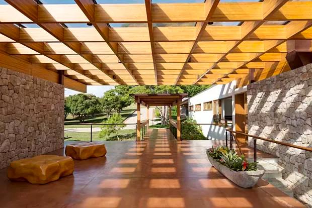 Casa de 1.530 m² feita com madeira e concreto tem vista para represa - Casa Vogue   Casas