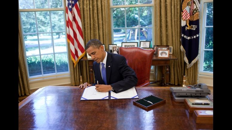 white house oval office president obama signs extended rh pinterest com