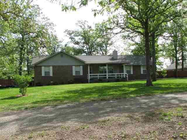Be the Joneses. Friends and relatives will try to keep up with you as the owner of this 3 BR 2 BA home in Eden Pond in Mountain Home AR