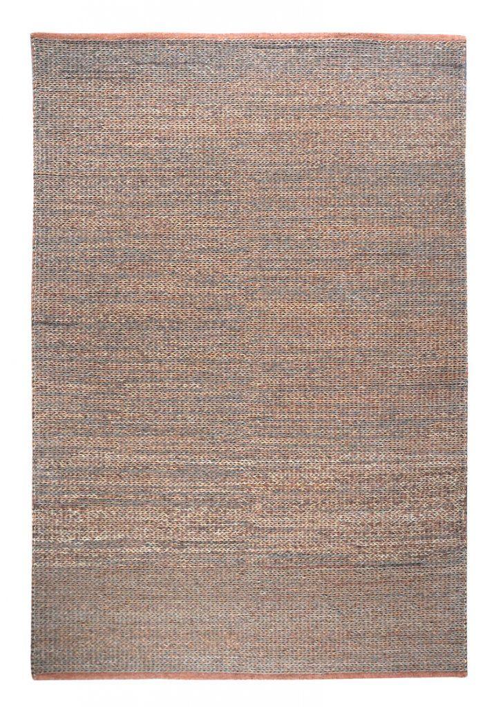 Vacker matta av återvunnet läder.   230x160 cm  Handgjord och tillverkad av återvunnet läder Tillverkad för att vara extra tålig och därmed passar den i miljöer med mycket smuts. Det är den bruna mattan på bilden som vi har i sortimentet