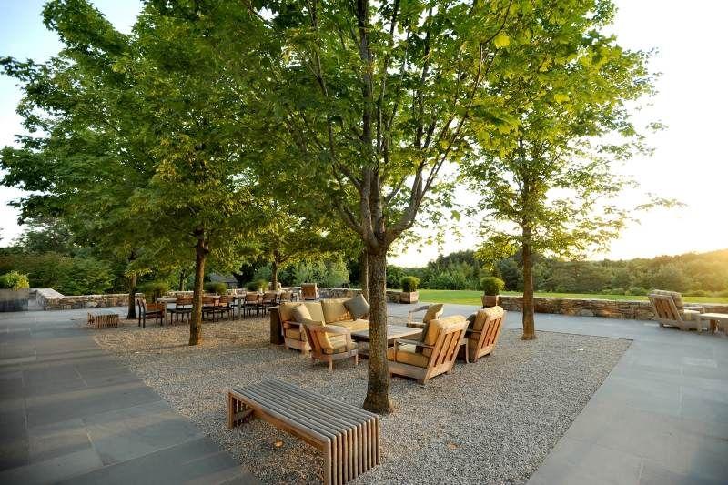 Jardin moderne avec du gravier d coratif galets et for Terrasse bois gravier blanc