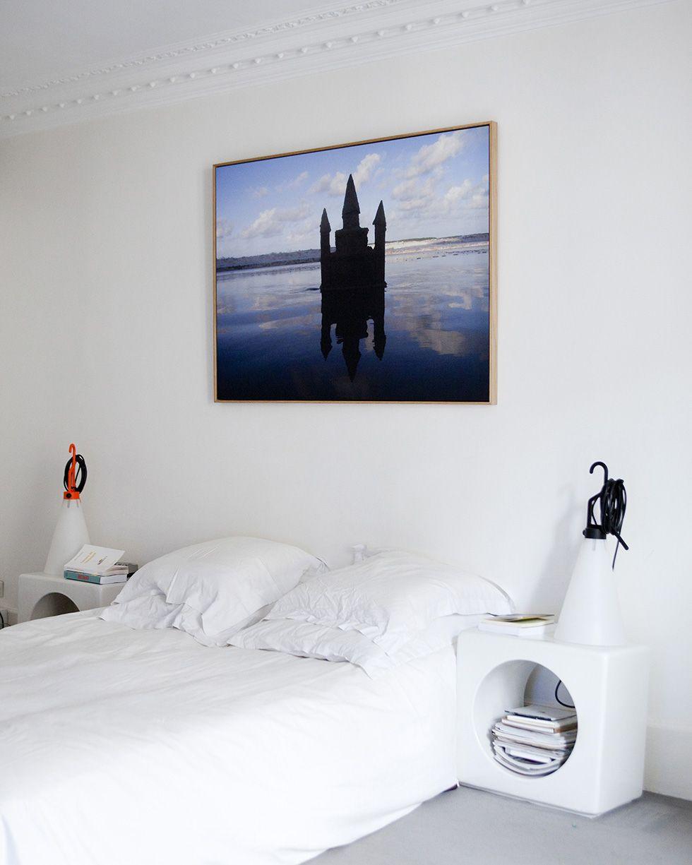 epur e la chambre coucher associe parfaitement les gu ridons en c ramique india mahdavi aux. Black Bedroom Furniture Sets. Home Design Ideas