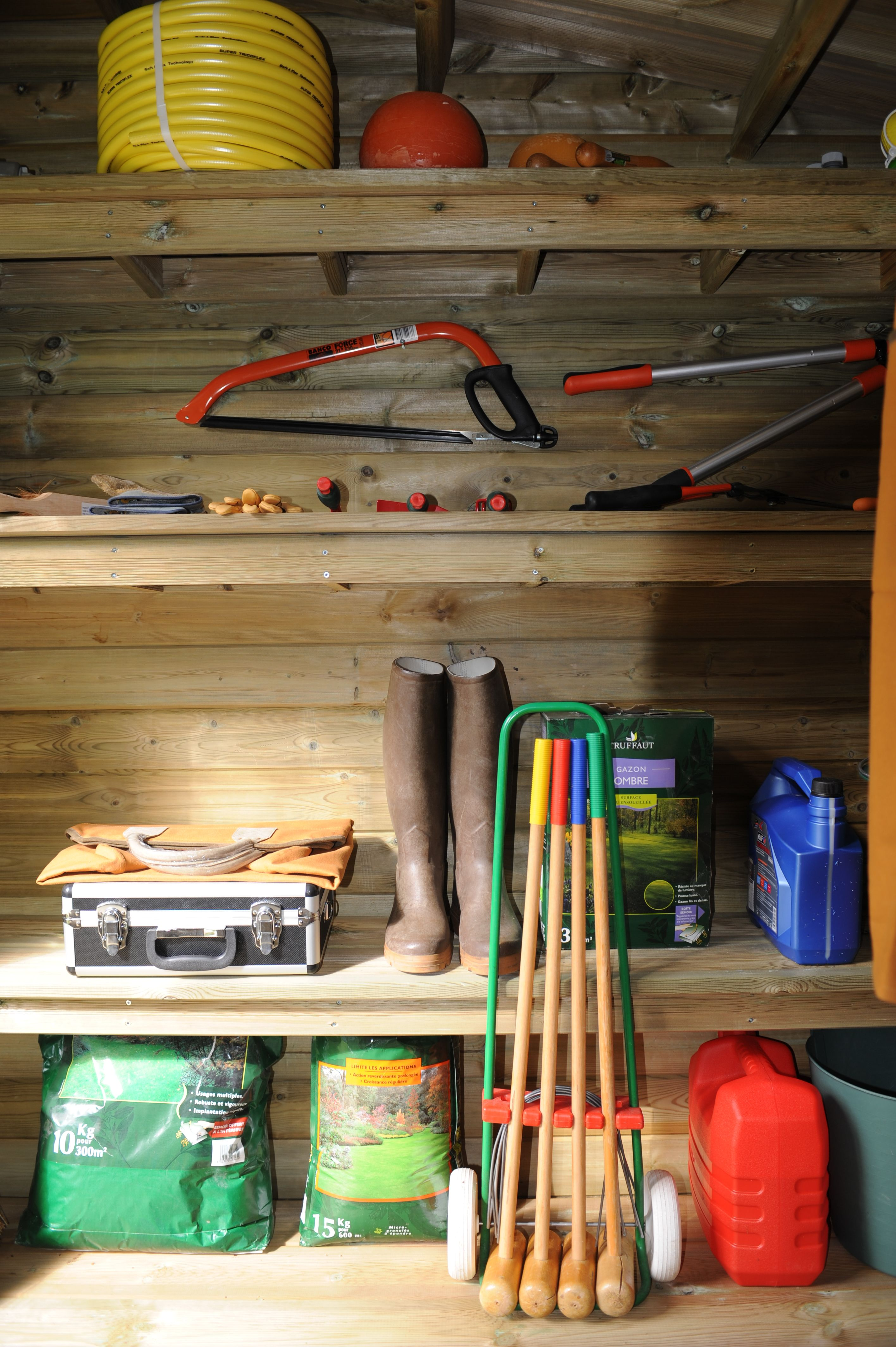 Rangement Des Produits D Entretien aménagez l'intérieur de votre abri maisonelle avec des