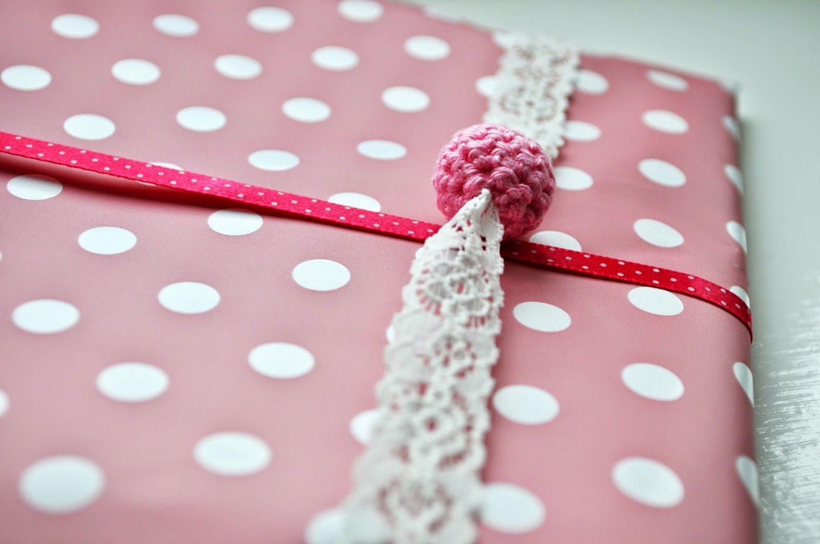 Hip met Haken: Cadeautjes inpakken / wrapping presents, decorated with tiny crochet ball.