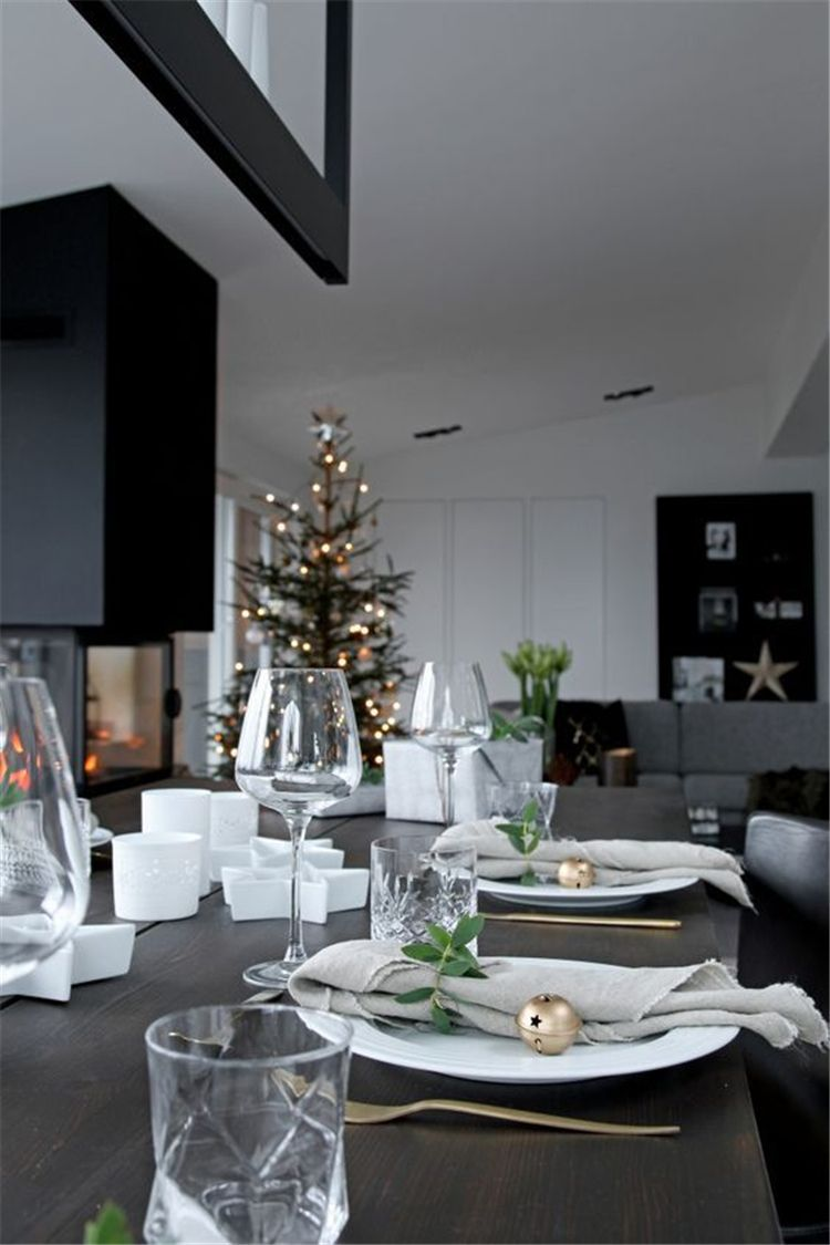 Simple Holiday Table Decorations Centerpiece Latest Fashion Trends for Women sumcoco.com #weihnachtlicheszuhause