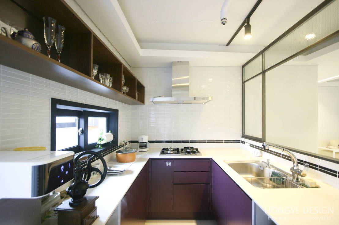 고가구가 어우러진 현대적인 아파트  식당, 서재 및 부엌