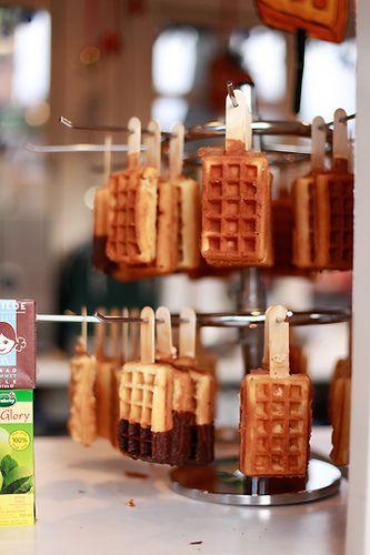 De la pâte à gaufre, des bâtons de glace sans la glace, on fait cuire le tout ensemble (et comme sur la photo), on suspent et on impressionne les gourmands.