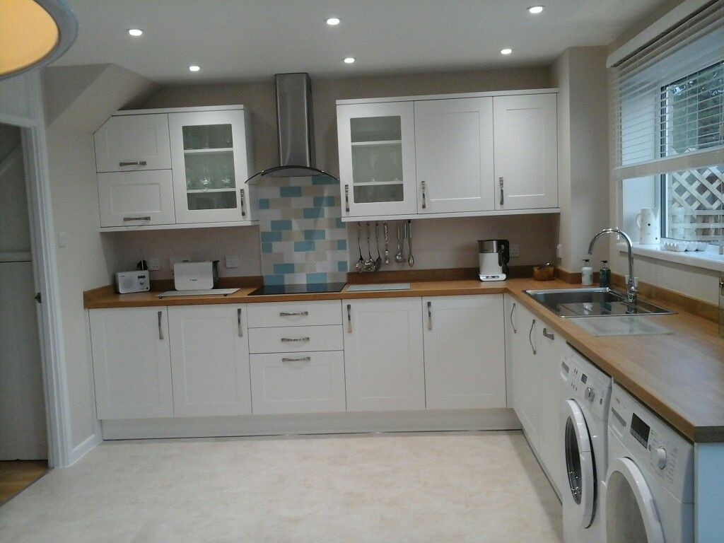howdens burford white shaker kitchen with oak laminate