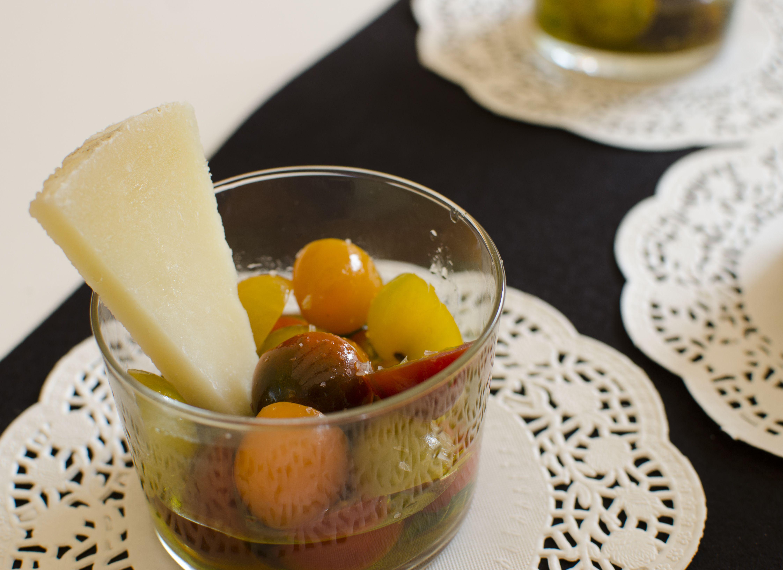C ctel de tomates cherry de colores con queso manchego las for Coctel con zumo de tomate