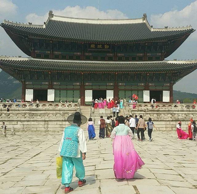 #southkorea #korea #seoul #gwanghwamun #gwanghwamunsquare #gyeongbokgungpalace #gyeongbokgung #couple #hanbok #traditional #travel #travelling #한국 #서울 #경복궁 #광화문 #wanderlust #travelgram