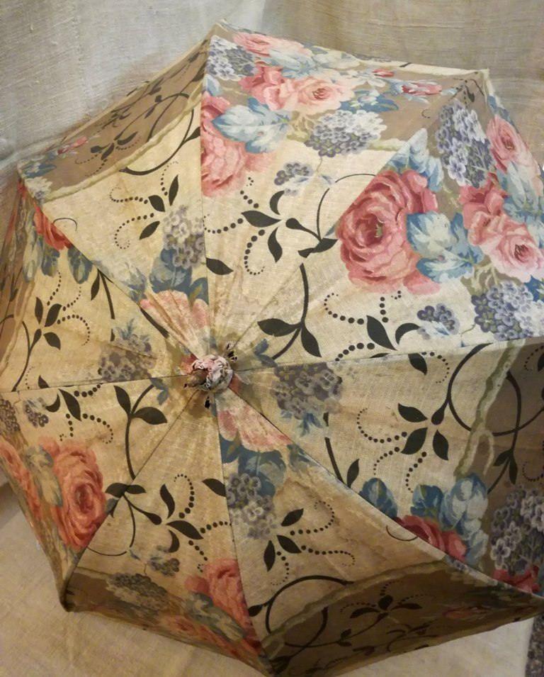 Un altro ombrellino primo '900 della mia collezione nel mio negozio etsy: Antique French parasol carved wood cane parrot head roses fabric years 1910's http://etsy.me/2EkaPdl