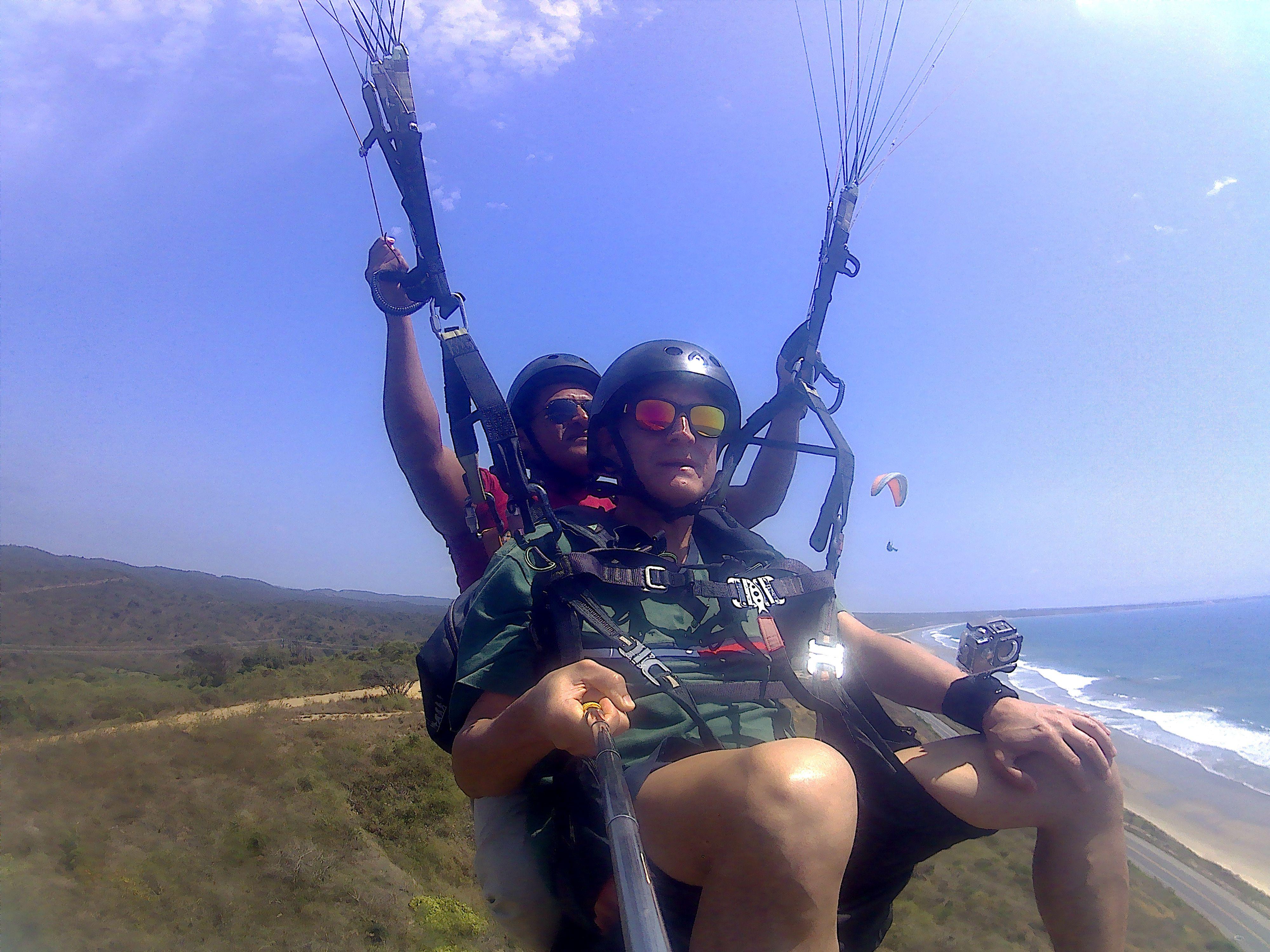 Este feriado disfruta de el deporte de aventura volando parapente frente a la playa con tus amigos. #ParapenteMontañita #ParapenteEcuador