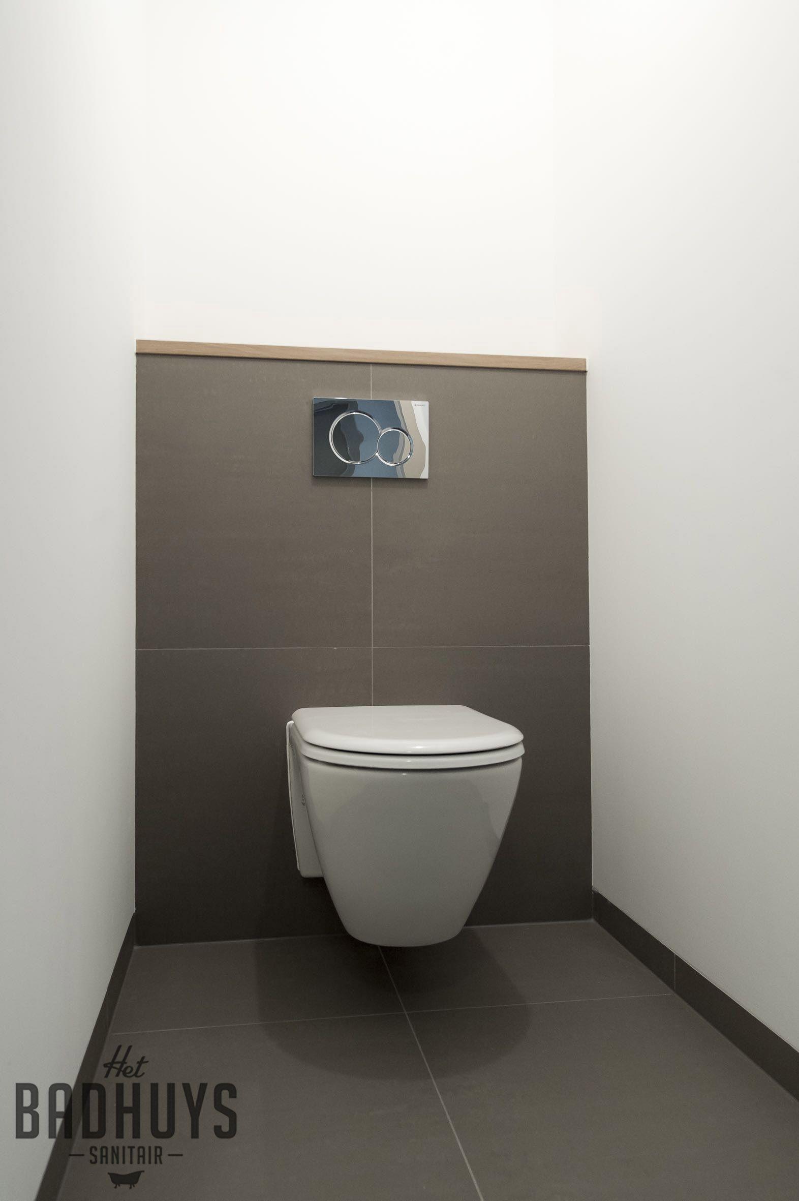 Modern Toilet Stucwerk Met Warm Grijze Tegels En Eikenhout Detail